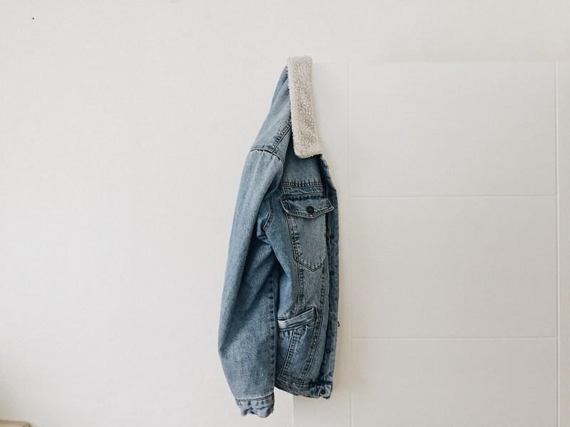 Szafa kapsułowa od podstaw – odzież wierzchnia